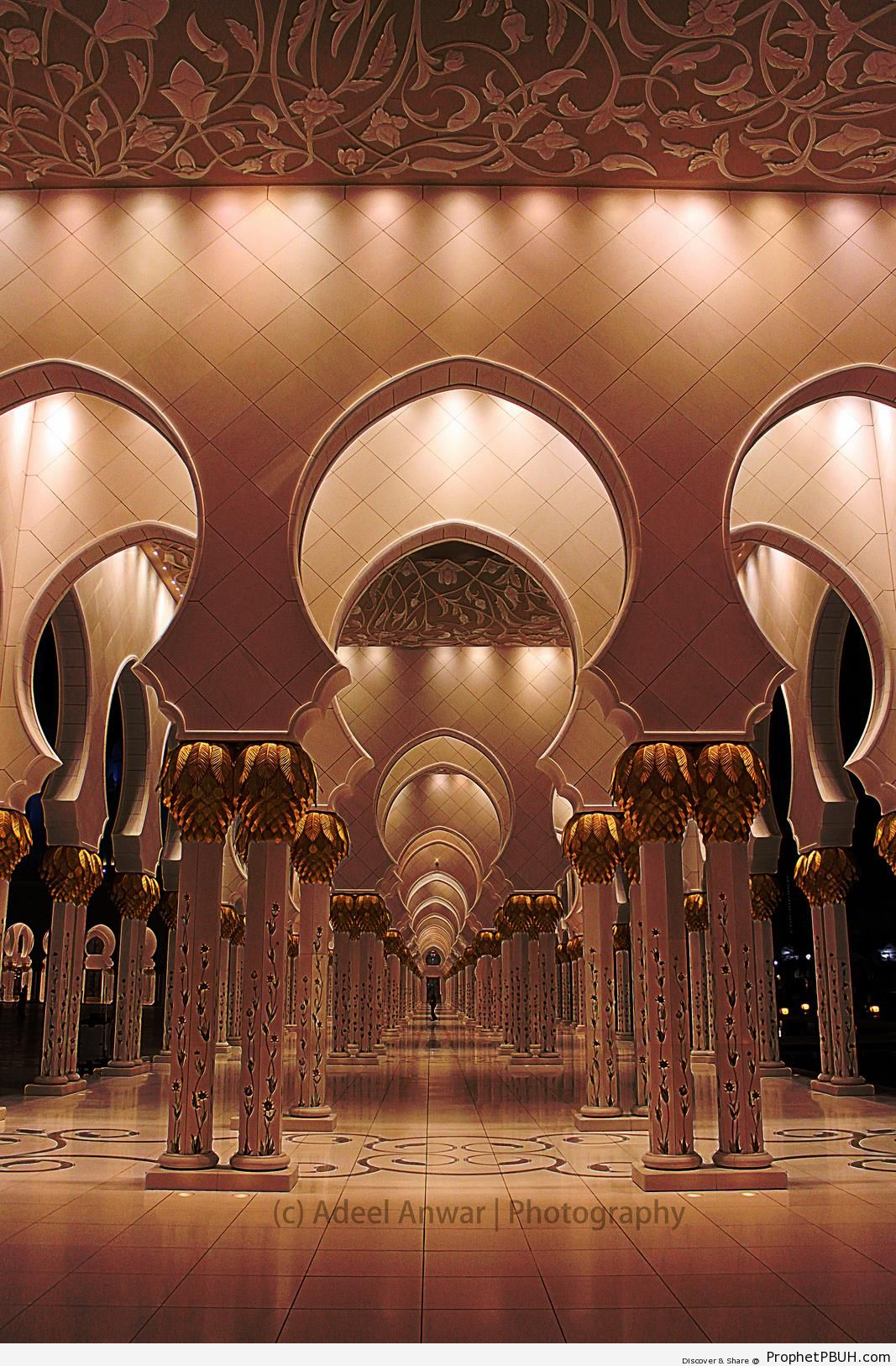 Arches and Columns of Sheikh Zayed Grand Mosque in Abu Dhabi - Abu Dhabi, United Arab Emirates -Picture
