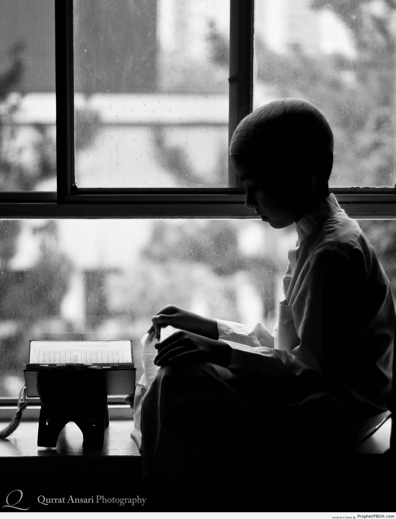 Boy Reading the Quran - Mushaf Photos (Books of Quran) -002