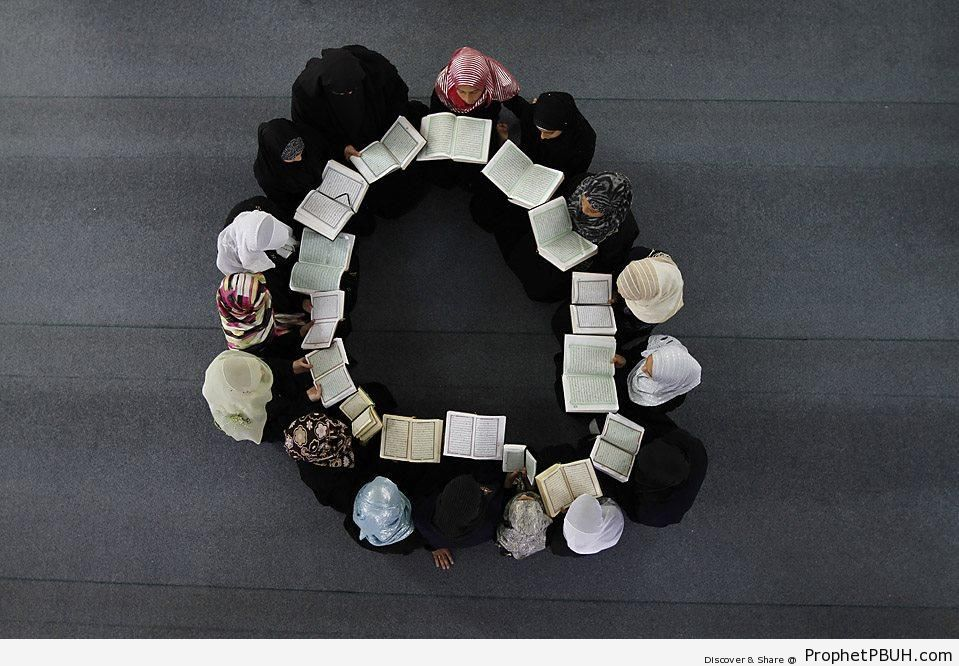 Circle of Muslim Women Studying the Quran - Muslimah Photos (Girls and Women & Hijab Photos)