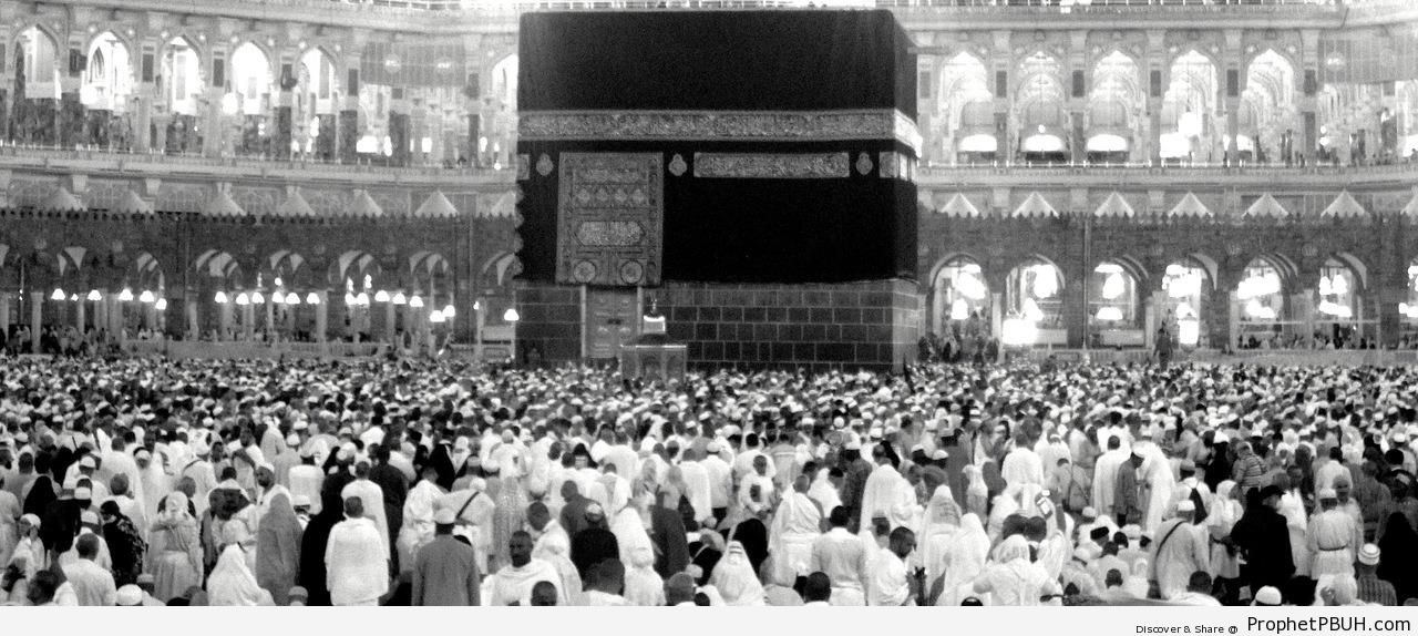 Crowd by the Kaba - al-Masjid al-Haram in Makkah, Saudi Arabia -Picture