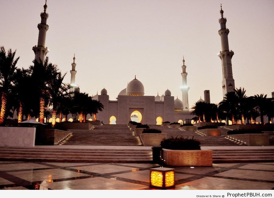 Evening at Sheikh Zayed Grand Mosque in Abu Dhabi, United Arab Emirates - Abu Dhabi, United Arab Emirates -Picture