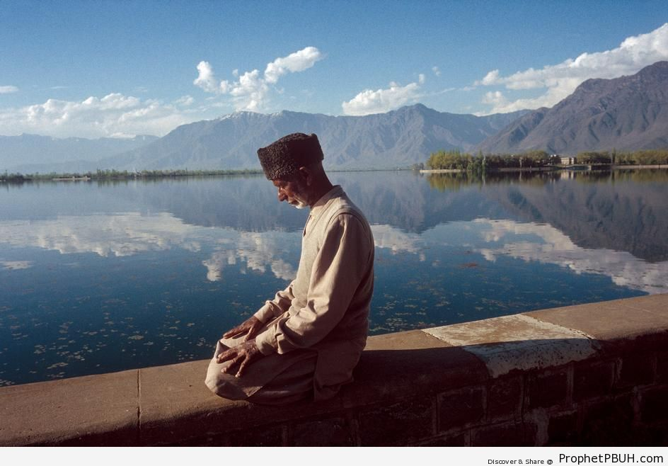 Man Prays by Lake (Srinagar, Jamu and Kashmir, 1990) - Photos -
