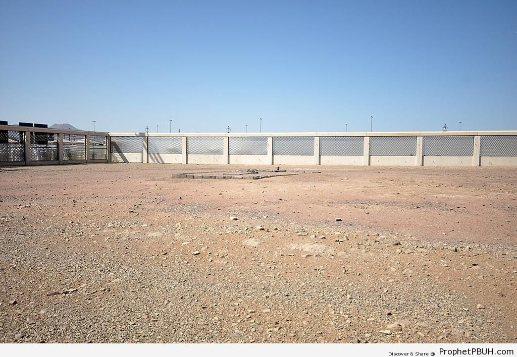 Mount Uhud Cemetery Where Hamzah (ra) and Other Martyrs are Buried - Photos of Mount Uhud -