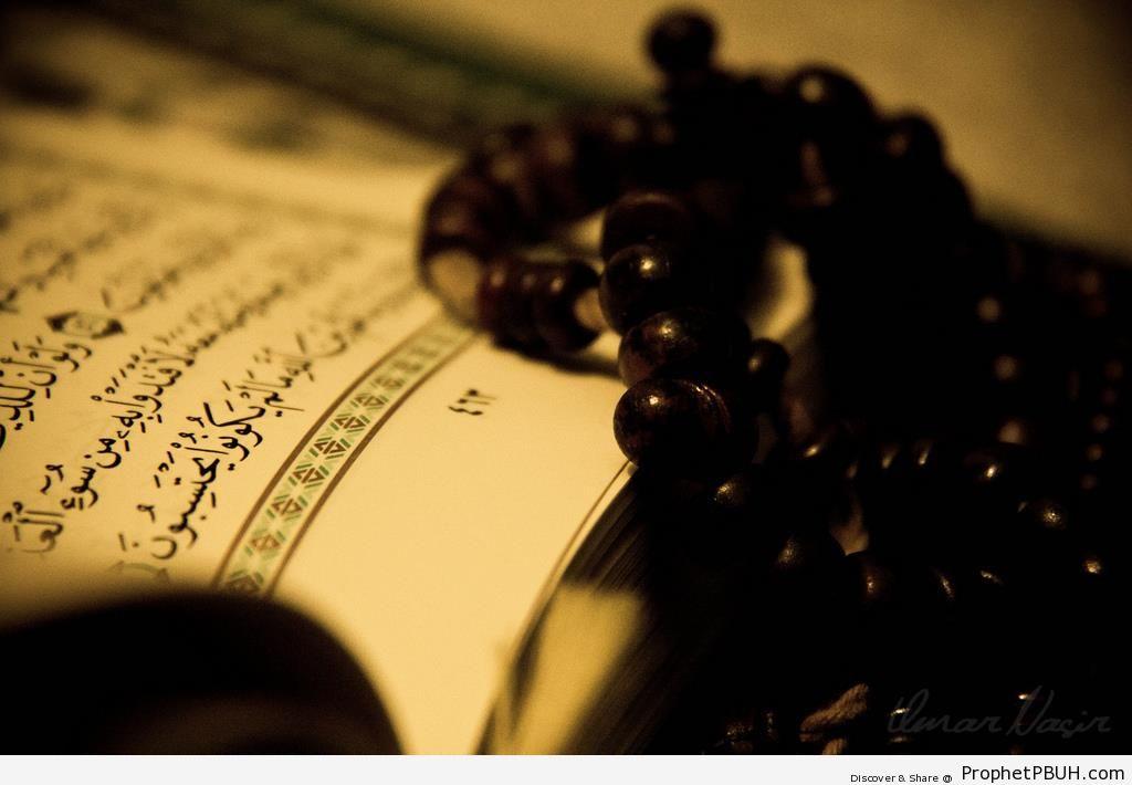 Mushaf Showing Surat az-Zumar with Prayer Beads - Mushaf Photos (Books of Quran)