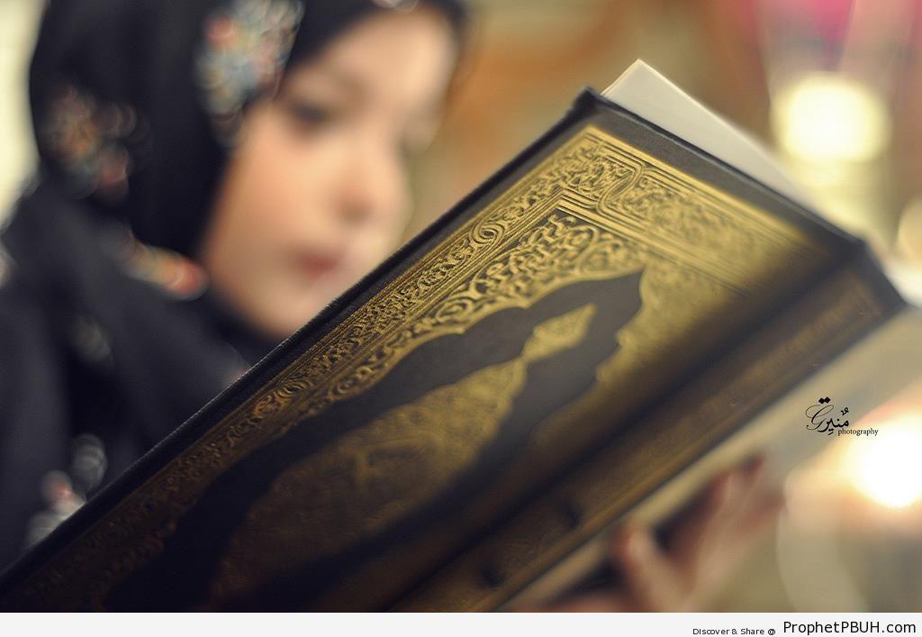 Muslim Girl With Book of Quran - Muslimah Photos (Girls and Women & Hijab Photos)