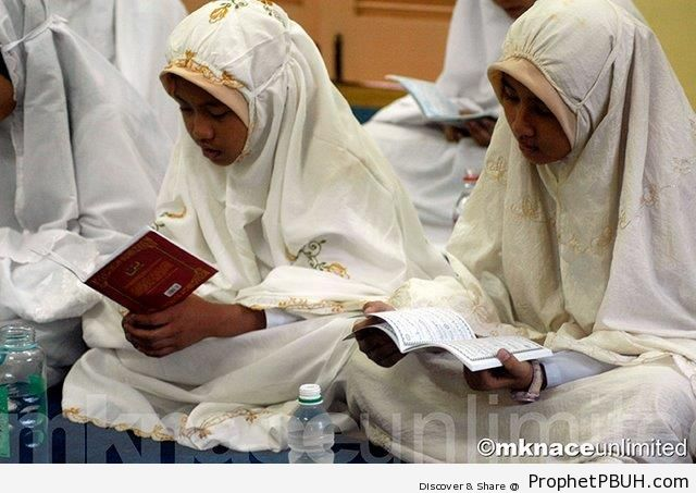 Muslim Girls Study Surat Ya-Sin - Muslimah Photos (Girls and Women & Hijab Photos)