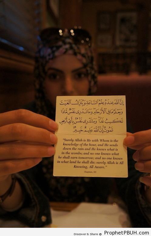 Muslim Woman Holding Up Card With Quran 31-34 - Muslimah Photos (Girls and Women & Hijab Photos)