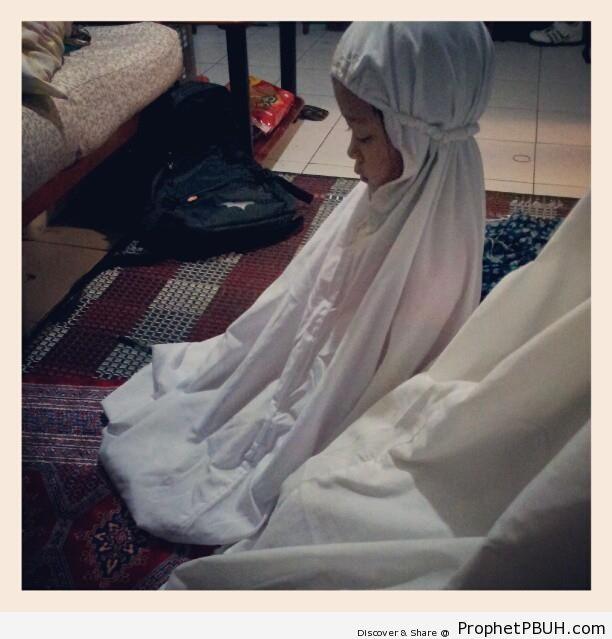 Praying Little Girl - Muslimah Photos (Girls and Women & Hijab Photos)