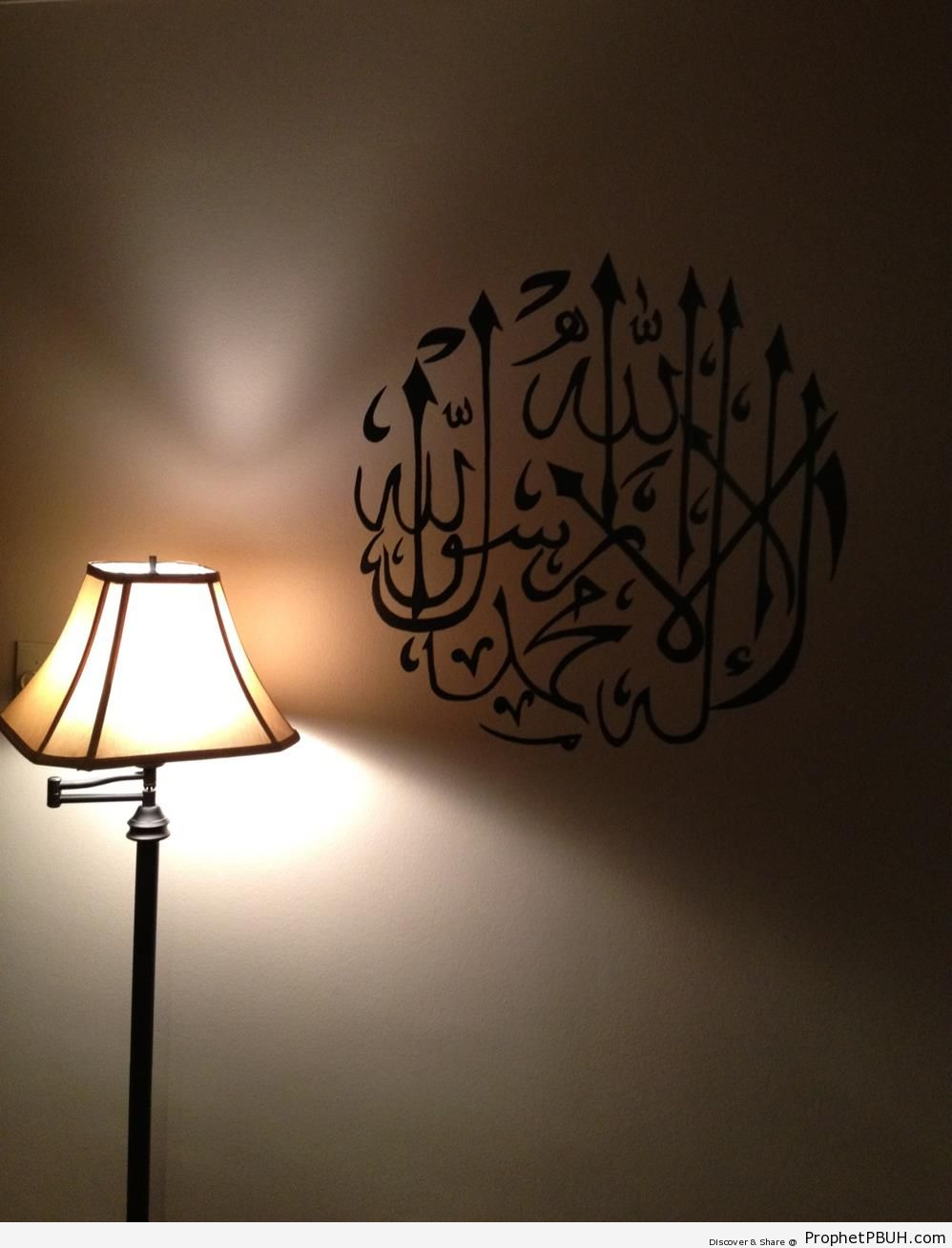 Shahadah Calligraphy Written on Wall by Lamp - Islamic Calligraphy and Typography