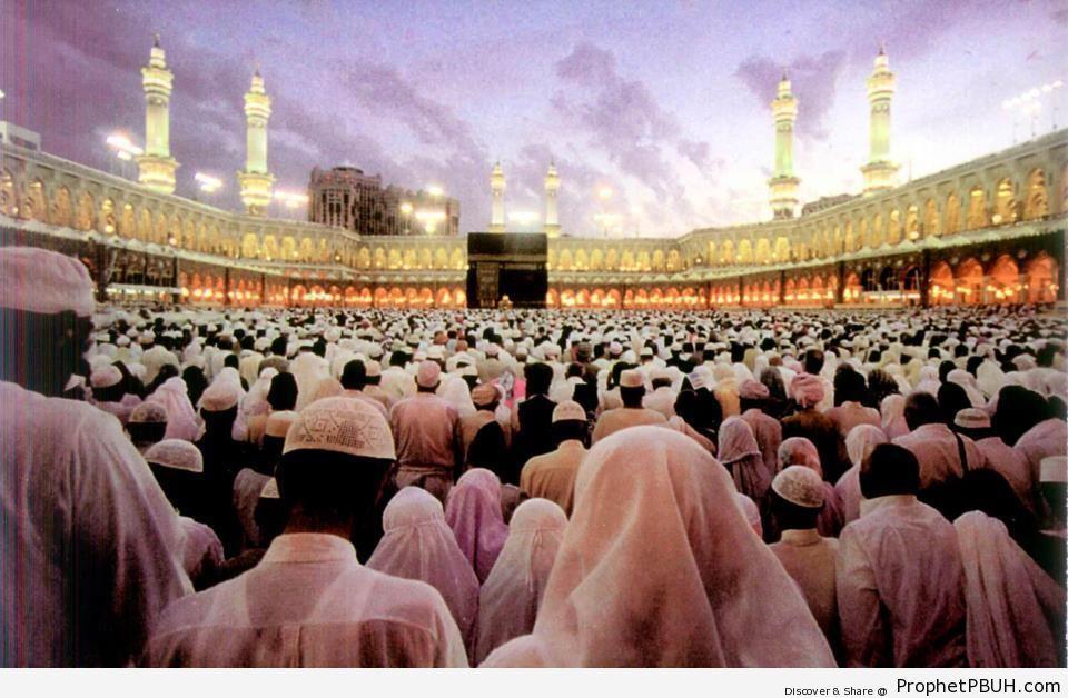 Worshipers at the Sacred Mosque (Makkah, Saudi Arabia) - al-Masjid al-Haram in Makkah, Saudi Arabia -Picture