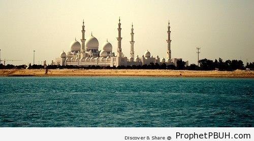 Distant View of Sheikh Zayed Grand Mosque in Abu Dhabi - Abu Dhabi, United Arab Emirates