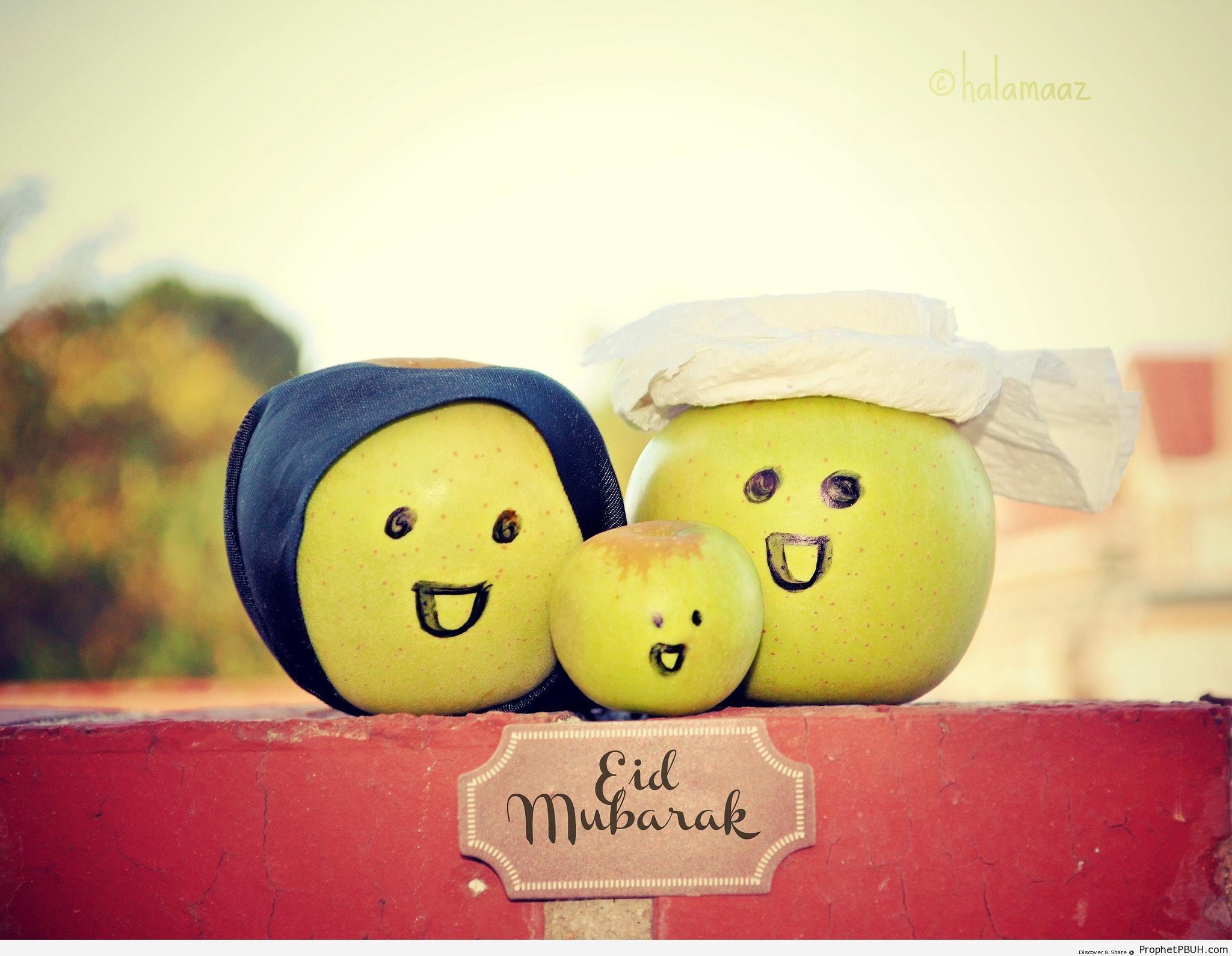 Eid Mubarak Greeting Written Under Smiling Muslim Apple Family - Eid Mubarak Greeting Cards, Graphics, and Wallpapers
