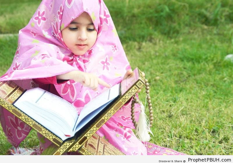 Little Girl With Quran - Mushaf Photos (Books of Quran)