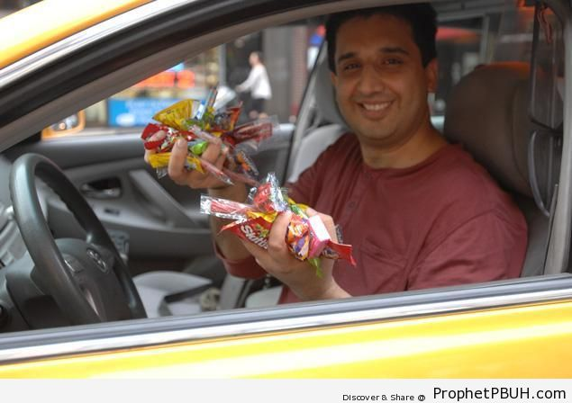 Mansoor Khalid, Muslim New York Taxi Driver Gives Away Free Candy to Passengers - Photos