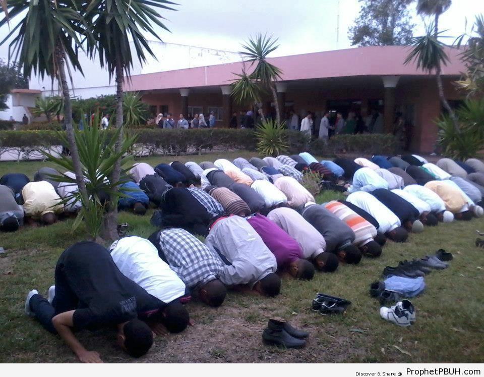 Moroccan High School Students Perform Asr Prayer - Photos -