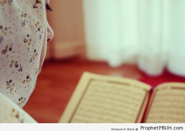 Muslim Girl Reads Surat al-Kahf - Muslimah Photos (Girls and Women & Hijab Photos)