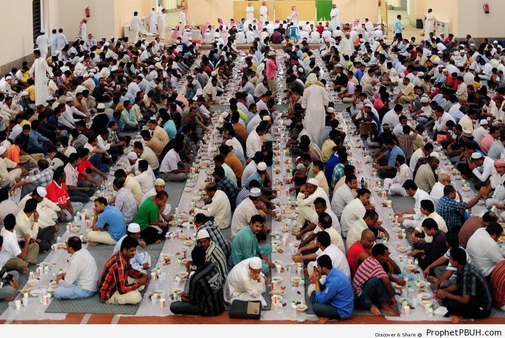 Muslim Men Breaking Their Fast in Jeddah, Saudi Arabia (Ramadan 2009) - Islamic Quotes About the Month of Ramadan