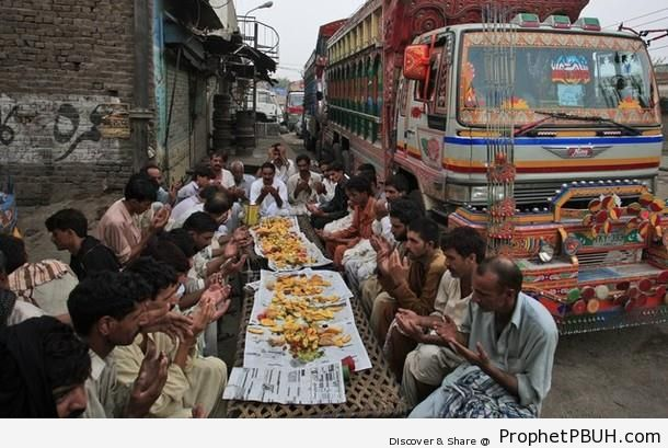 Pakistani Truck Drivers at Iftar in Lahore, Pakistan (Ramadan 2012) - Islamic Quotes About the Month of Ramadan