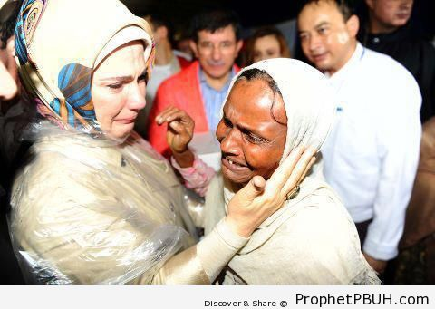 Wife of Turkish Prime Minister (Mrs. Emine Erdogan) Visiting Myanmar Muslims - Photos of Crying Muslimahs